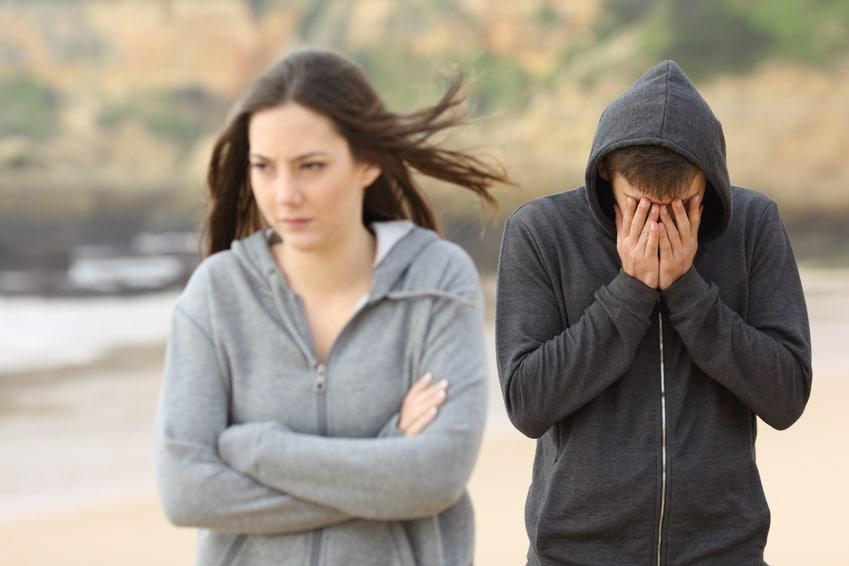 Junge Frau wird sauer wegen ungewollter Avancen