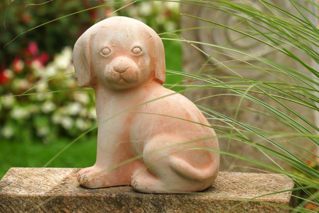 Steinskulptur eines Hundes