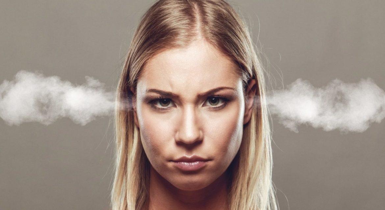 Frau dampft vor Wut aus den Ohren, steht unter Druck