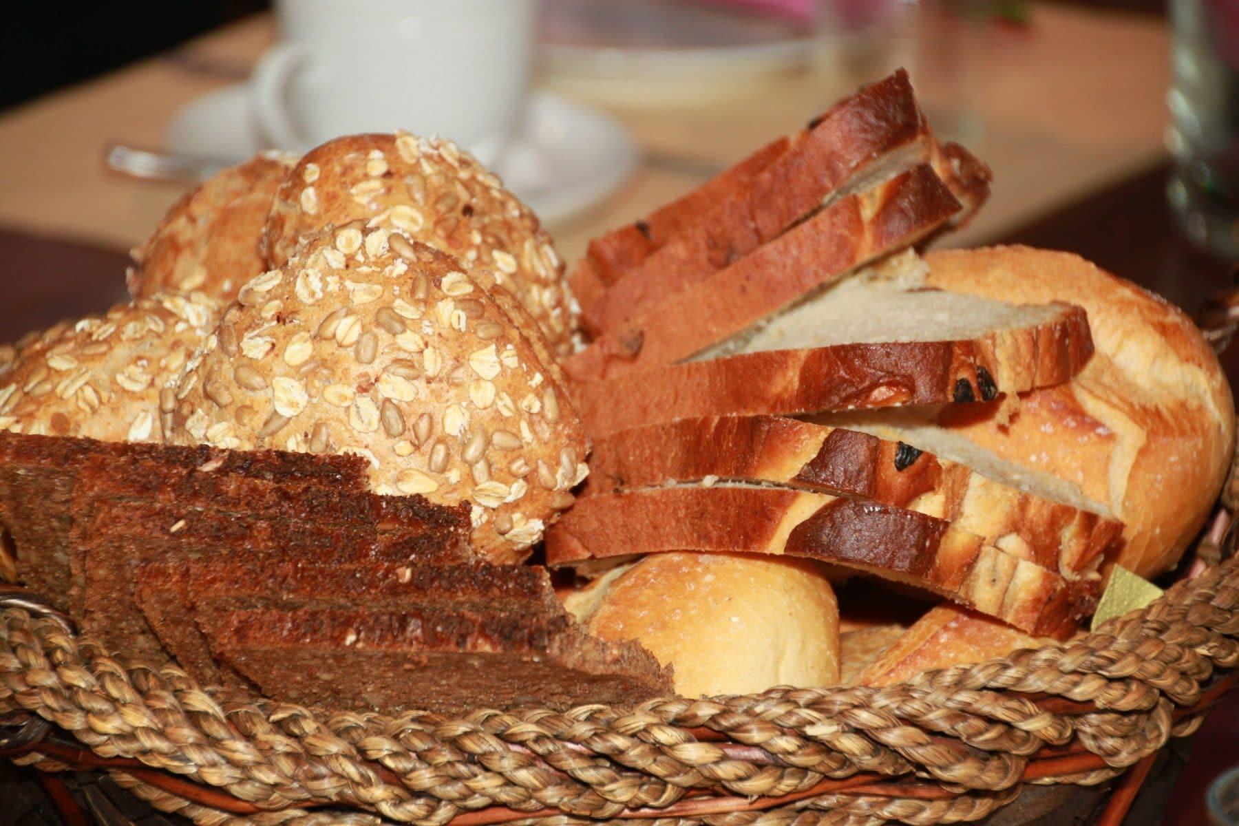 Ein Korb voller geschnittenem Brot und Brötchen