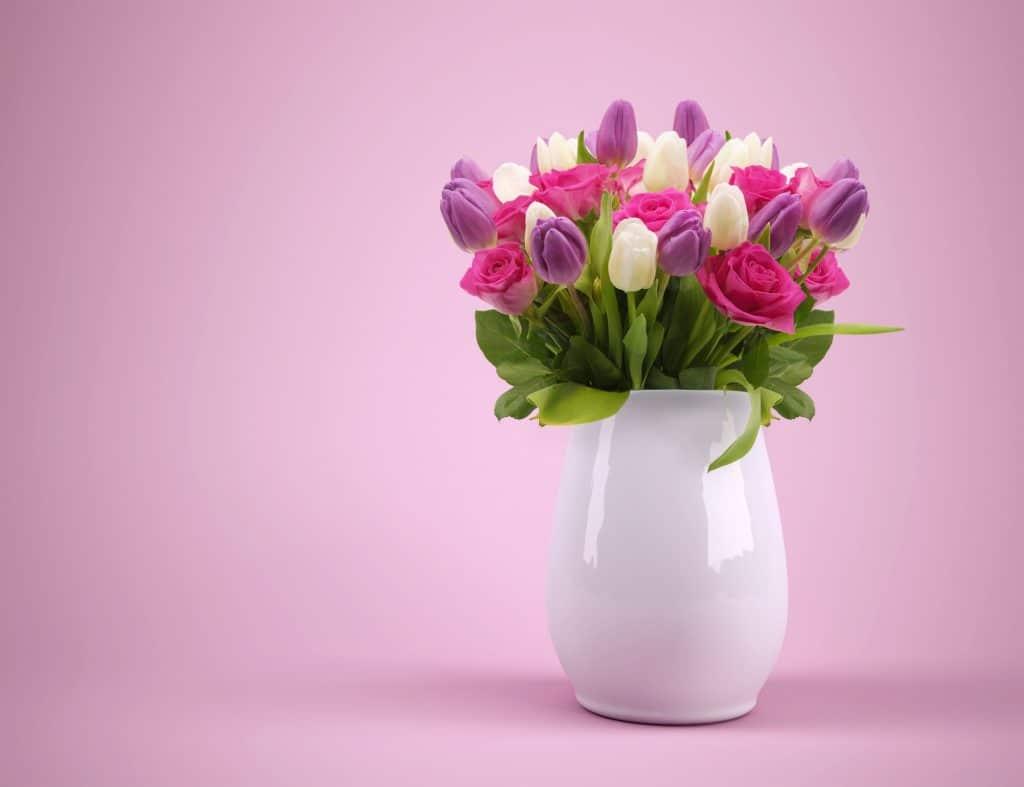 Tulpenstrauß in einer weißen Blumenvase