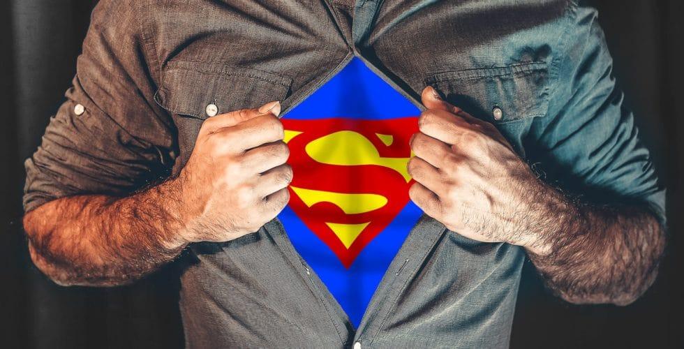 Mann reißt sich das Hemd auf und man sieht das Zeichen von Supermann