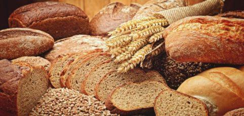Verschiedenes Brot im Laib und aufgeschnitten