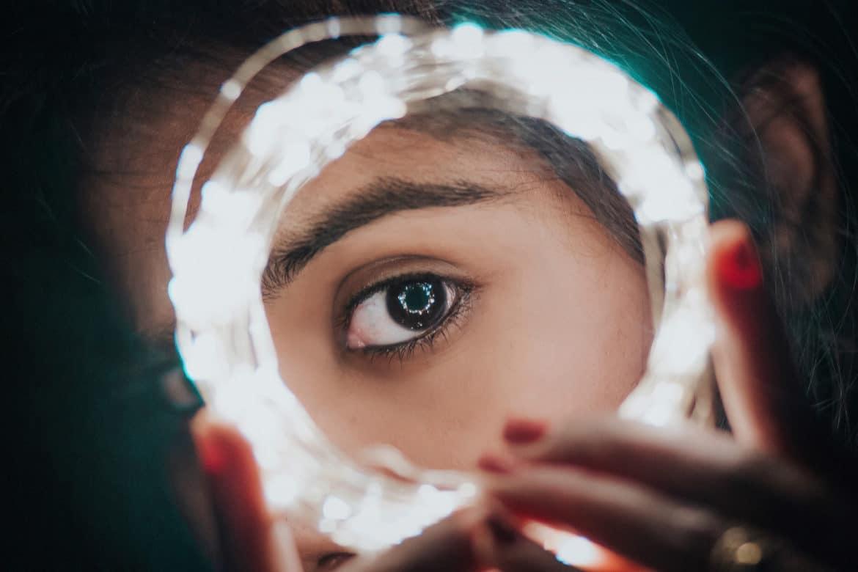 Mädchen schaut durch einen Ring von LED Stripes