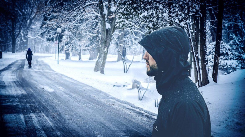 Mann verfolgt Frau in verschneitem Park