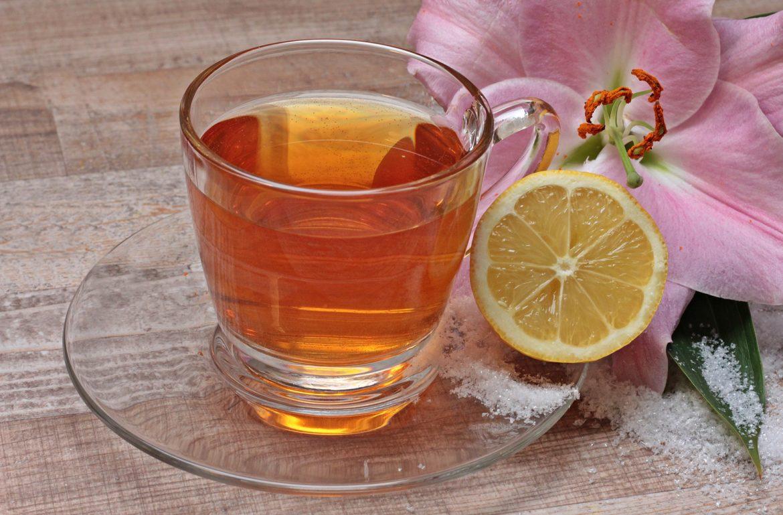 frischer heißer Tee in Glastasse mit Zitrone