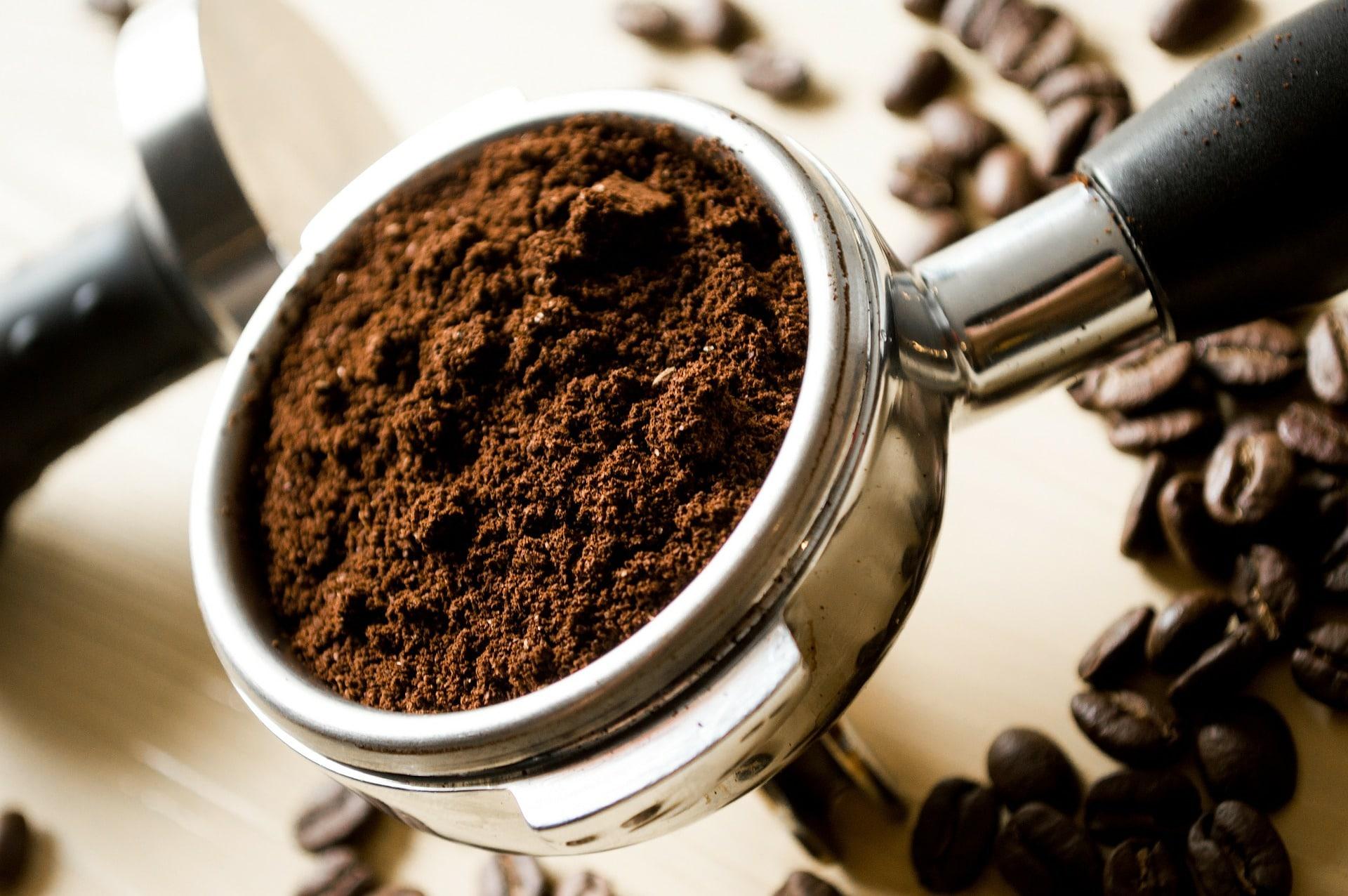 Kaffee im Filter einer Kaffeemaschine