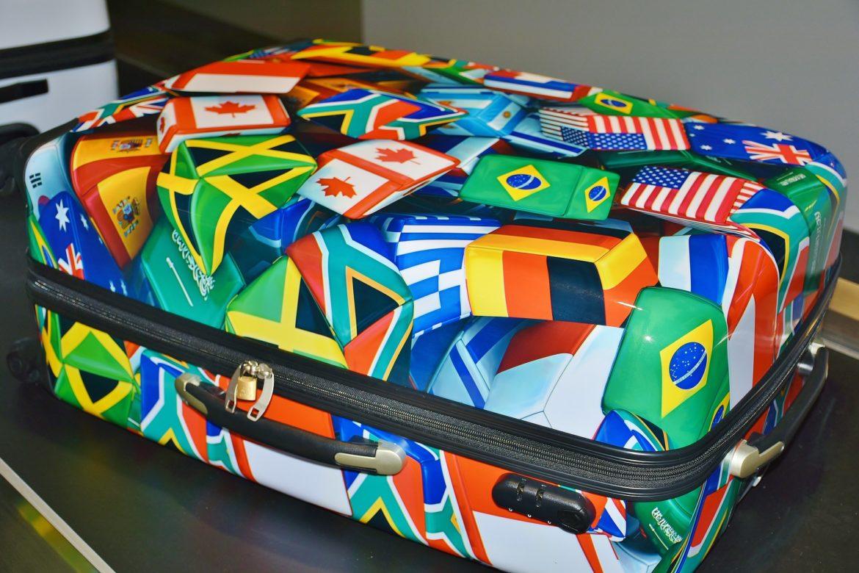 Bunter Hartschalenkoffer mit Flaggen drauf aus allen Herren Länder