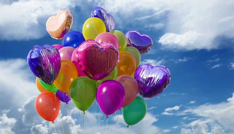 bunte Luftballons die in den Himmel steigen
