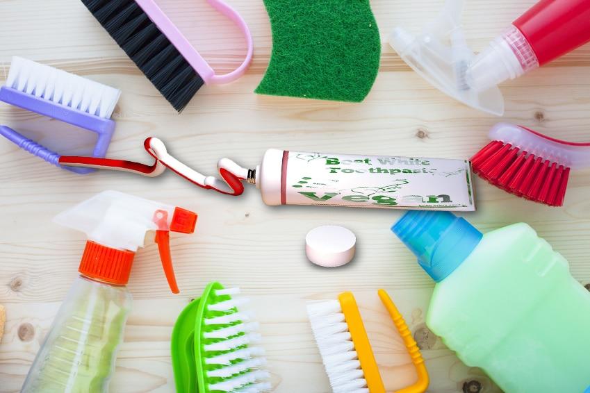 Zahnpasta inmitten von Putzutensilien