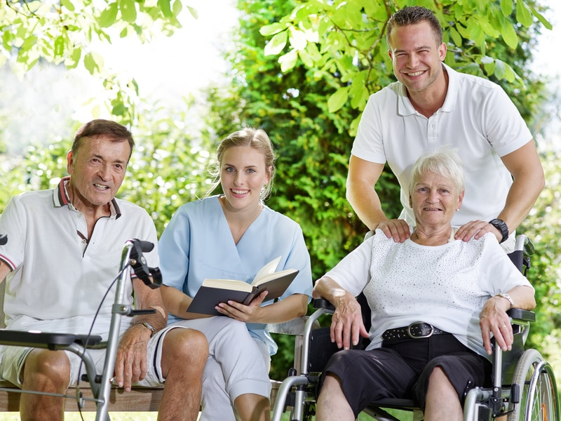 Pfleger und Patienten beratschlagen