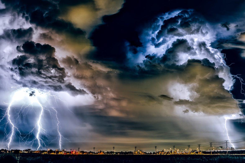 Gewitter und Blitze über der Stadt