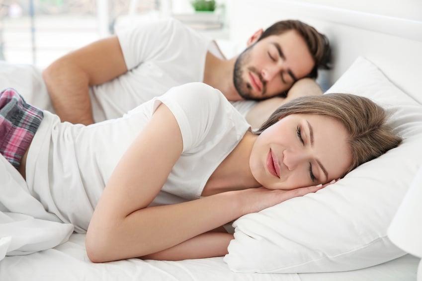 glücklich schlafendes Paar auf ihrer neuen Kaltschaummatratze