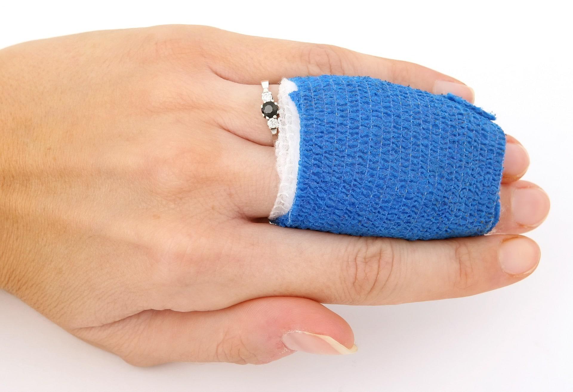 verletzte Finger eingebunden