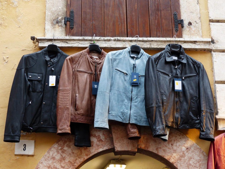 4 verschieden farbige Lederjacken auf einer Stange