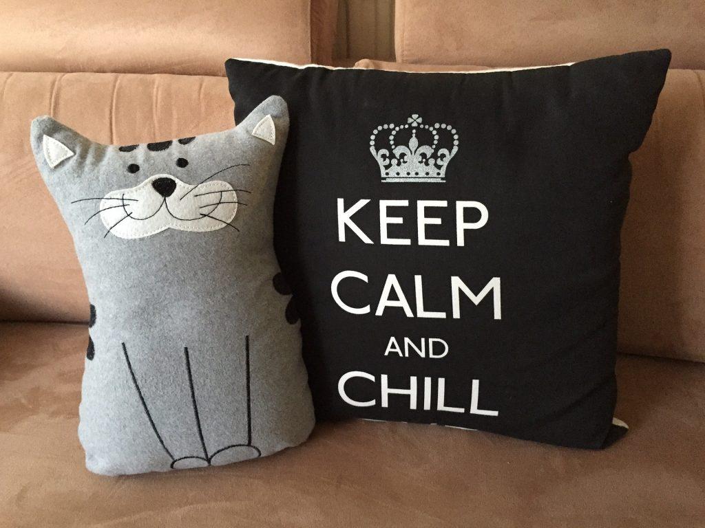 Katzenkissen und Kissen mit keep calm an chill