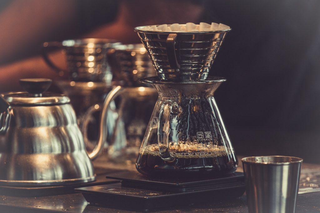 gebrühter kalter Kaffee mit Filter oben drauf