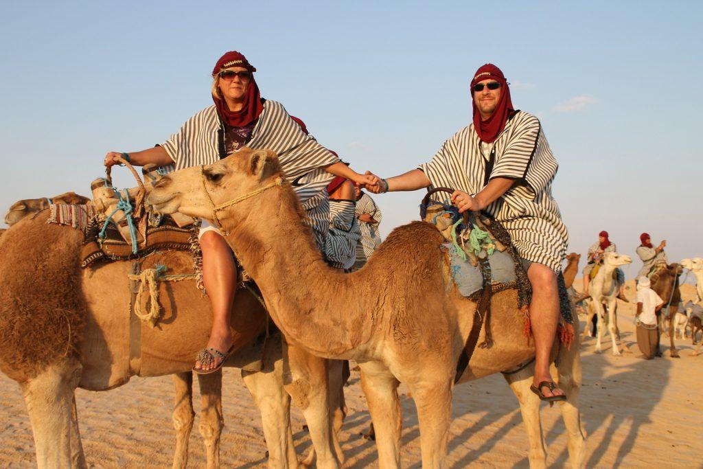 zwei Touristen beim Kamelreiten