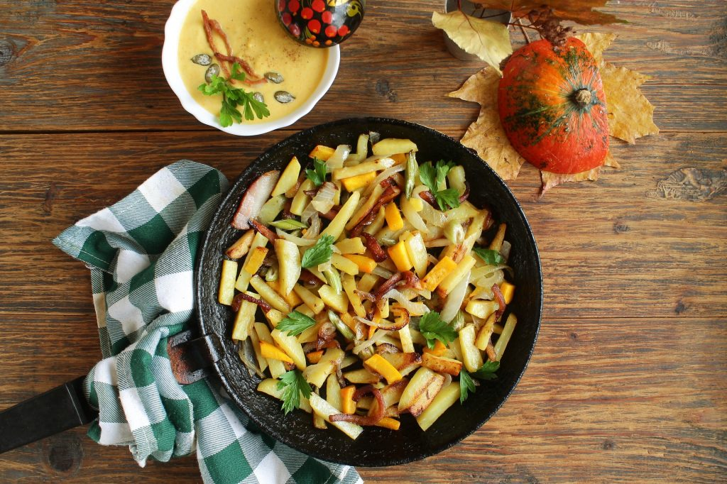 Eisenpfanne mit Bratkartoffeln