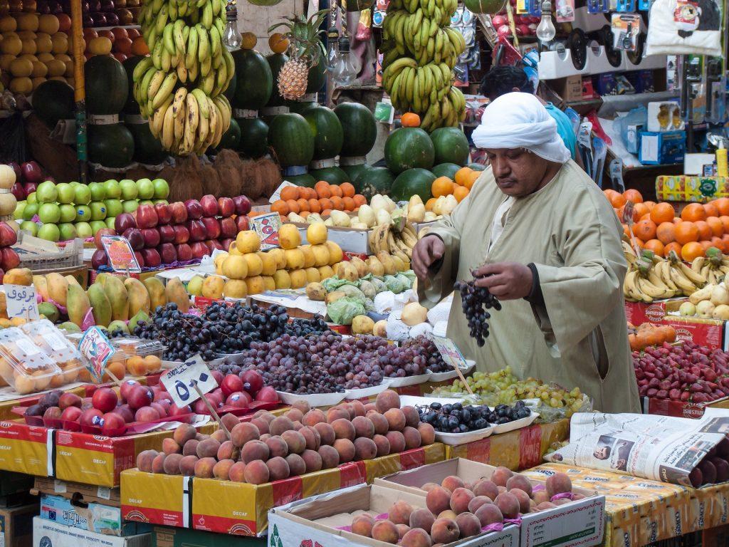 Markt in Kairo mit viel Auswahl an Obst und Gemüse