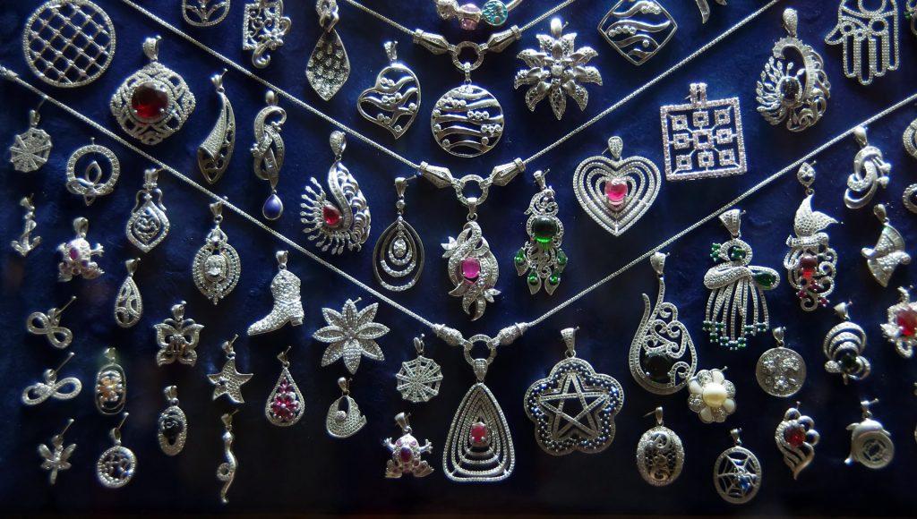 Silberschmuck auf dem Khan el Khalili Bazar in Kairo