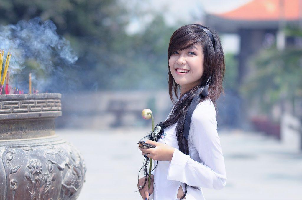 schöne koreanische Frau mit makelloser Haut, lächelnd