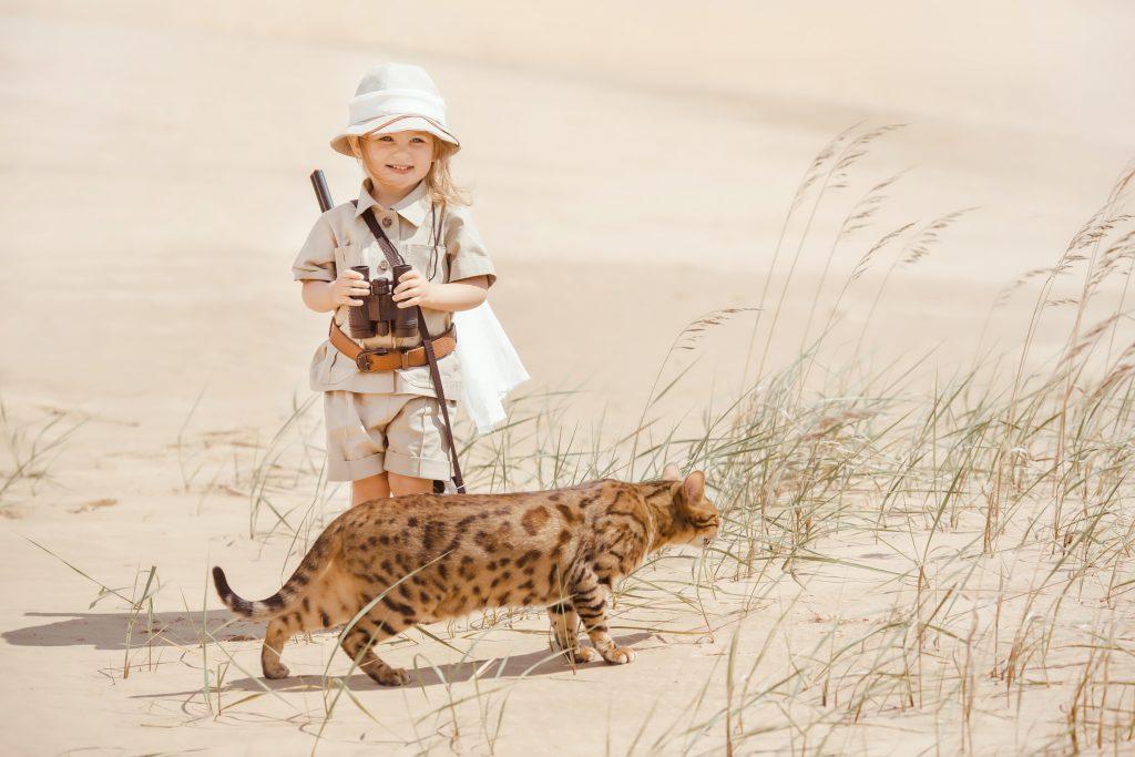 Safari Mädchen auf Stubentiger Beobachtung