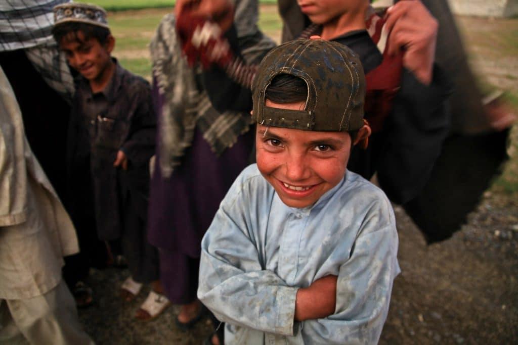 Ägyptischer Junge blickt lächelnd in die Kamera