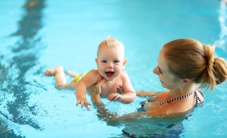 Baby beim Babyschwimmen mit der Mama
