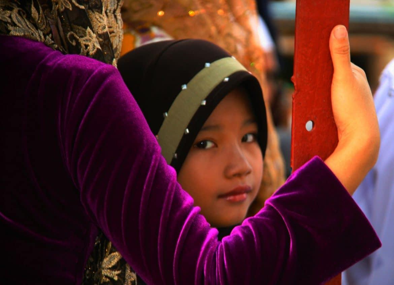 Ägyptisches Mädchen blickt zurück