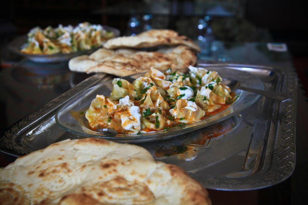 lecker angerichtete arabische Speisen mit Fadenbrot