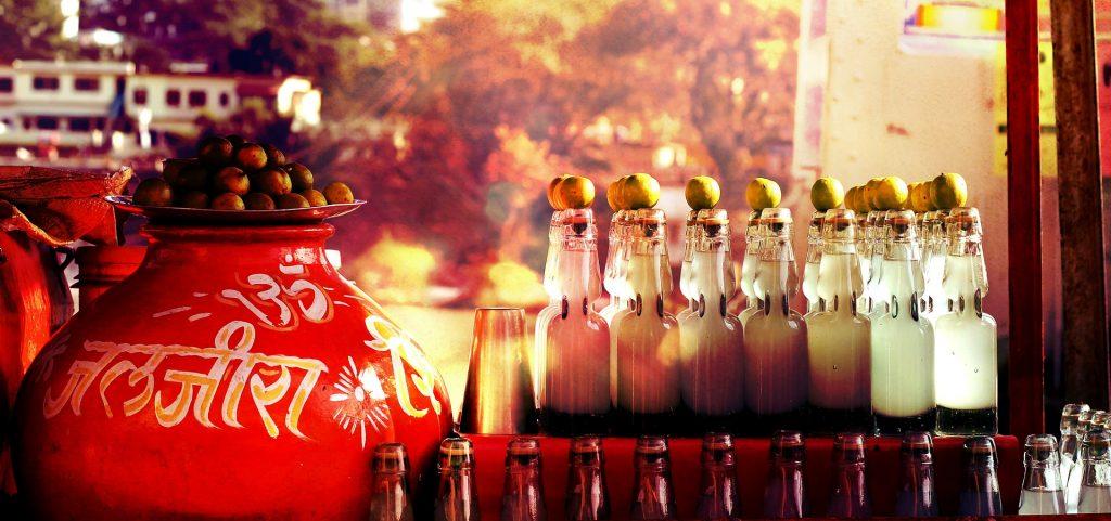 arabische Getränke in Flaschen mit Zitrone