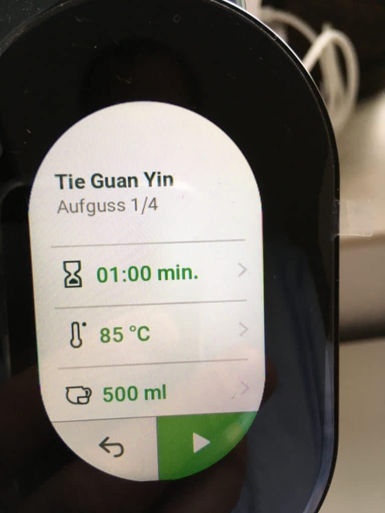 Teemaschine Test: Temial-Display zeigt eingelesene Zubereitungsdaten für Tee