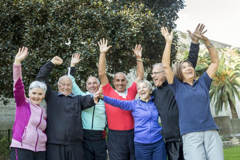 Gruppe von Senioren beim Lachyoga