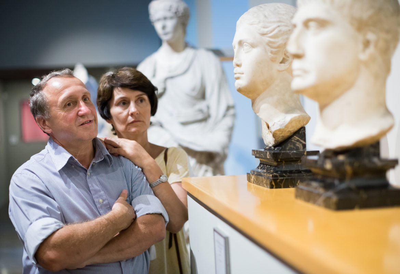 Paar beim Kauf in Museumsshop