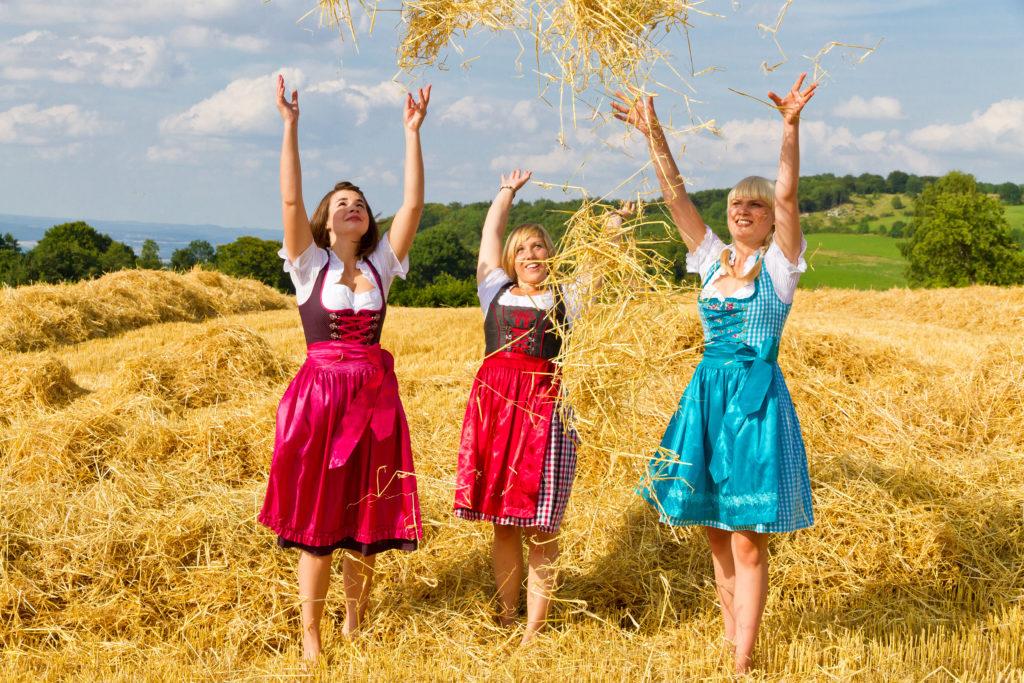3 Mädels im Dirndl fröhlich im Stroh