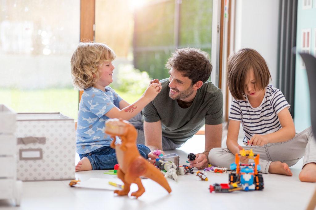 zwei Jungs spielen mit ihrem Vater