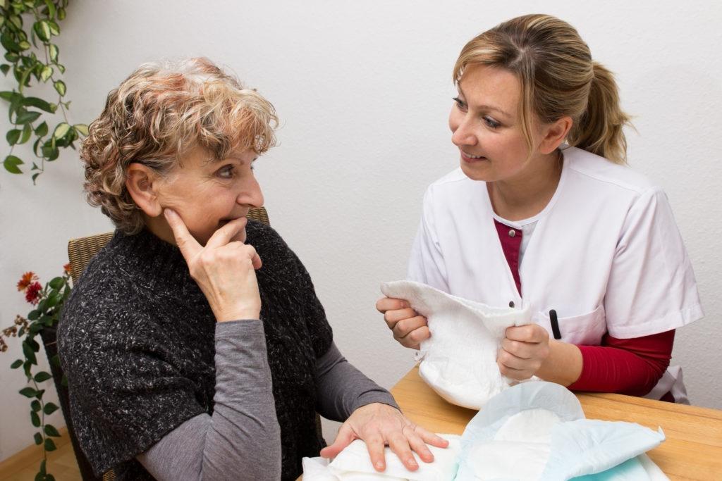 Beratung einer Seniorin zu Inkontinenz