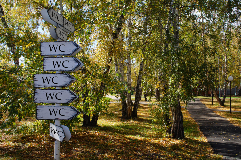 Schilderbaum zu WC Möglichkeiten im Wald