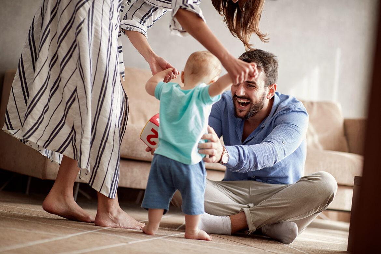 Erste Schritte: 5 Tipps, wie du deinem Baby beim Laufenlernen hilfst